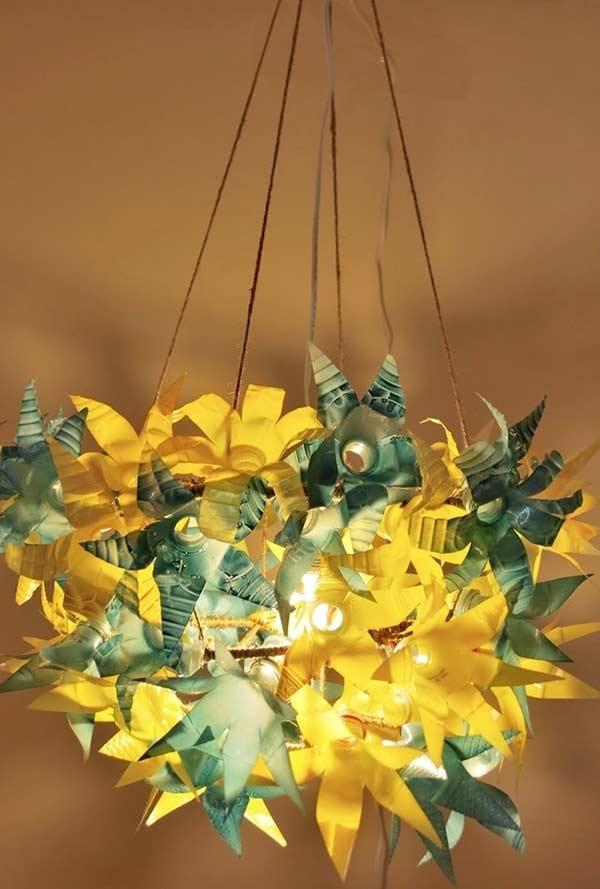 Mais flores enfeitando o ponto de luz