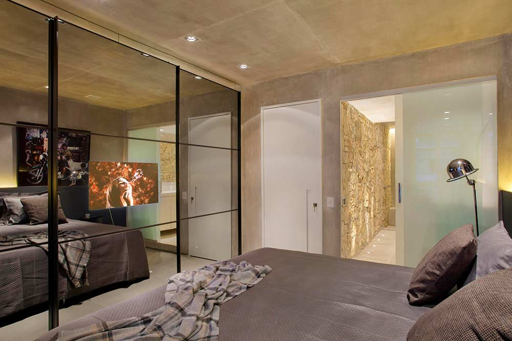 Portas de vidro em armário e acesso ao banheiro