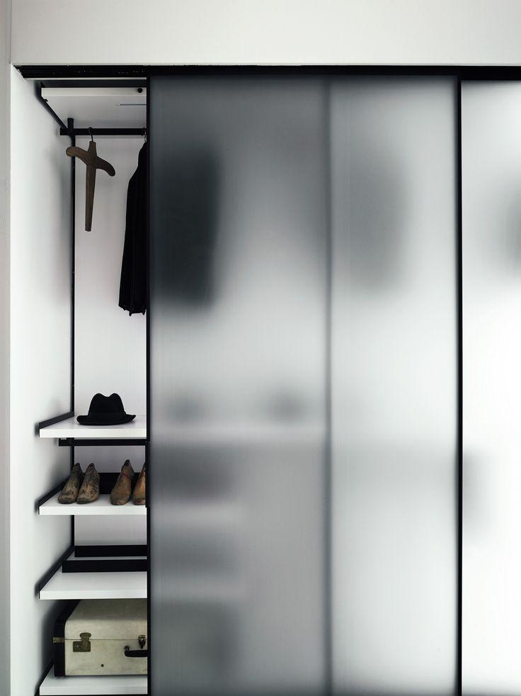 Porta de vidro com acabamento fosco no armário