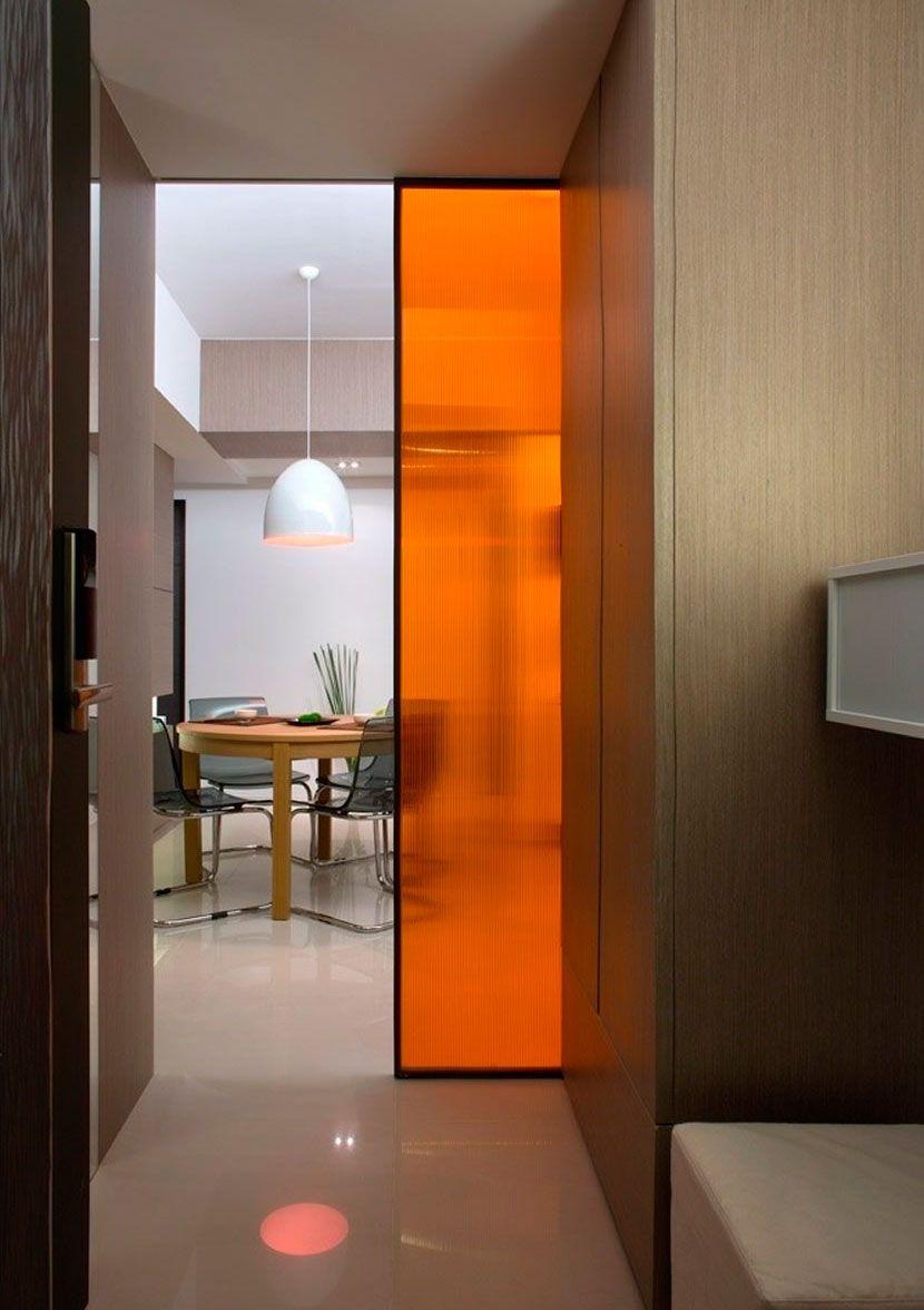 Porta de vidro com um toque de cor laranja