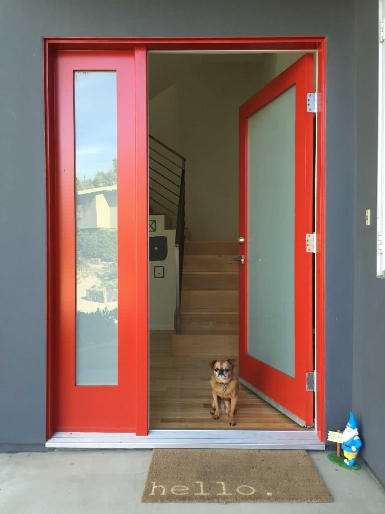 Porta de vidro com contorno pintado na cor vermelha