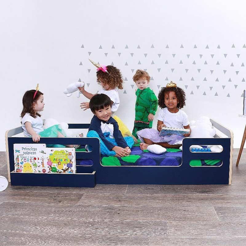 Compartimento para livros em cama montessoriana