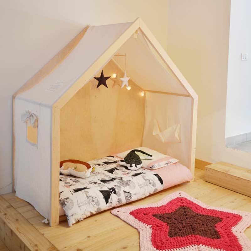 Móbile e proteção decoram a cama