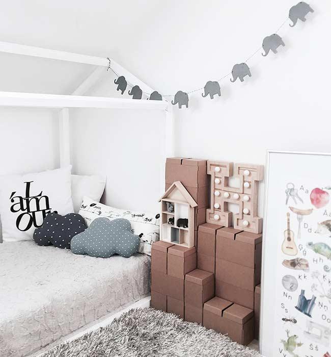 Cama montessoriana com caixas