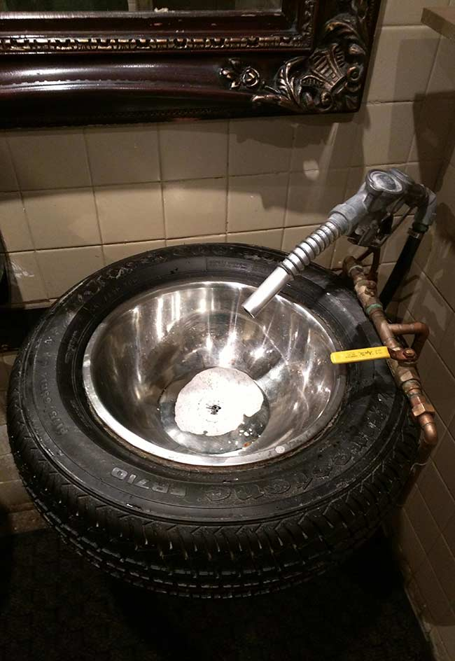 Pia estilizada com pneu