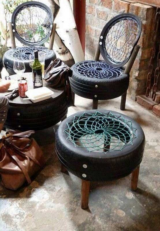Cadeiras, bancos e mesinhas