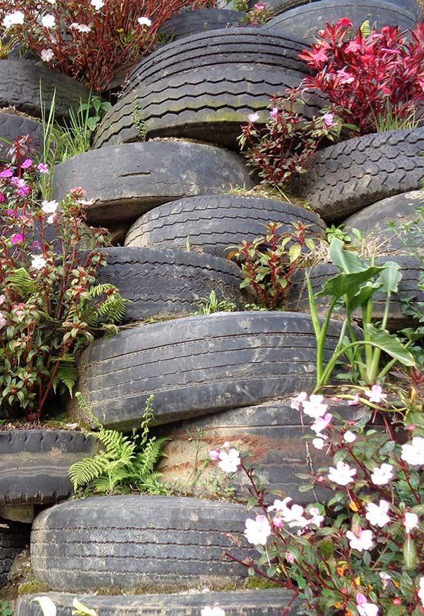 Empilhado de flores e pneus