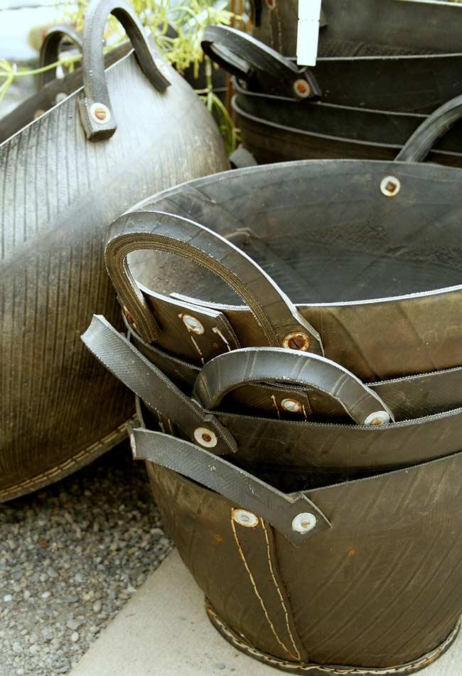 Cestos resistentes com pneus