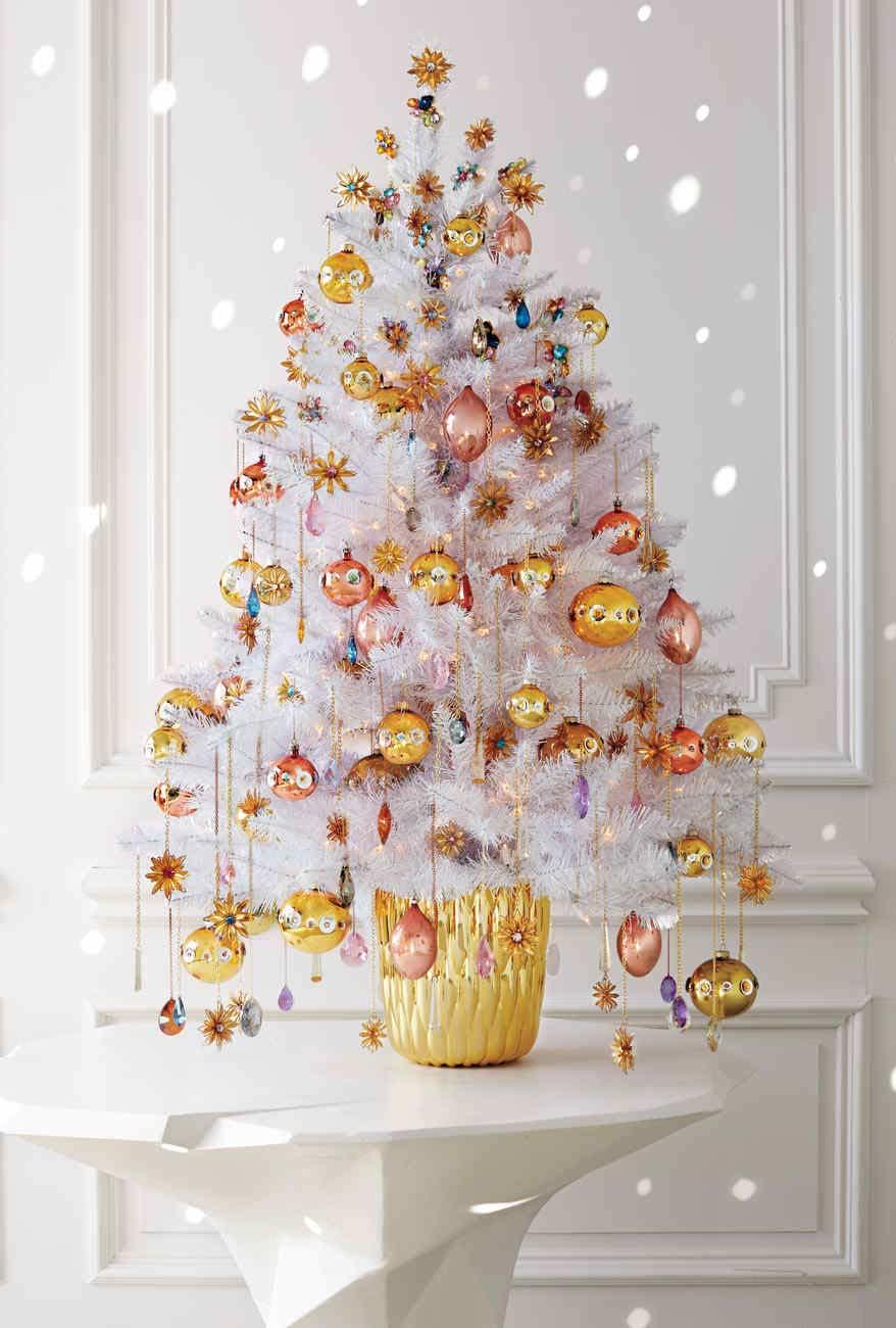 Árvore de Natal com decoração dourada e acobreada num estilo luxuoso