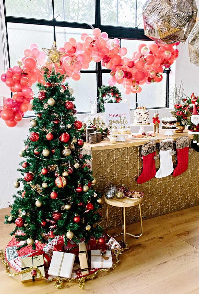 Árvore de Natal decorada com enfeites vermelhos e dourados