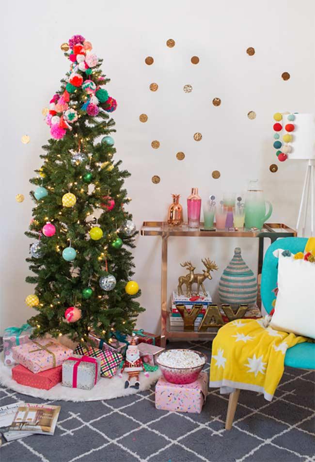Árvore de Natal decorada com enfeites artesanais no topo