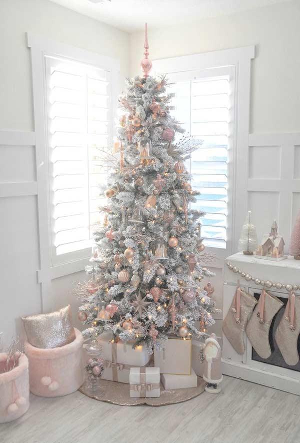 Árvore e enfeites brancos com tonalidades pastéis