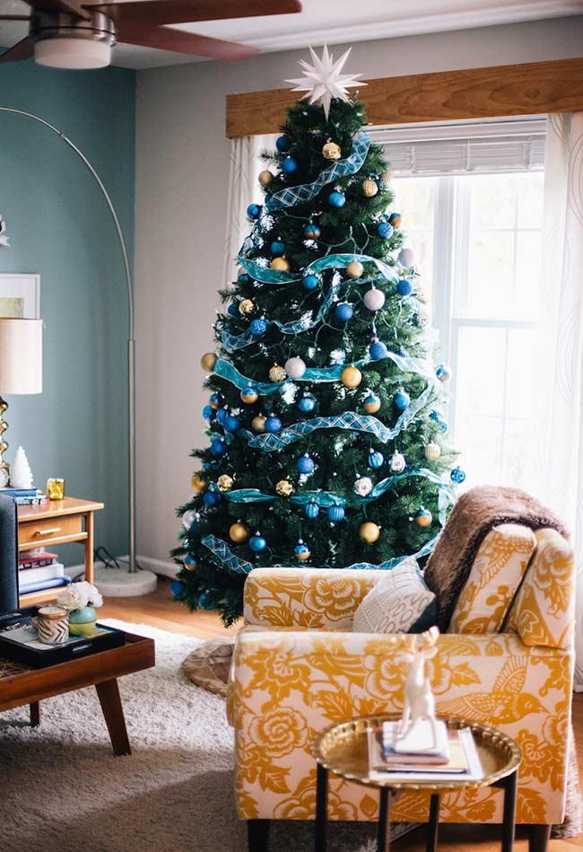 Árvore de Natal com paleta de cores em harmonia