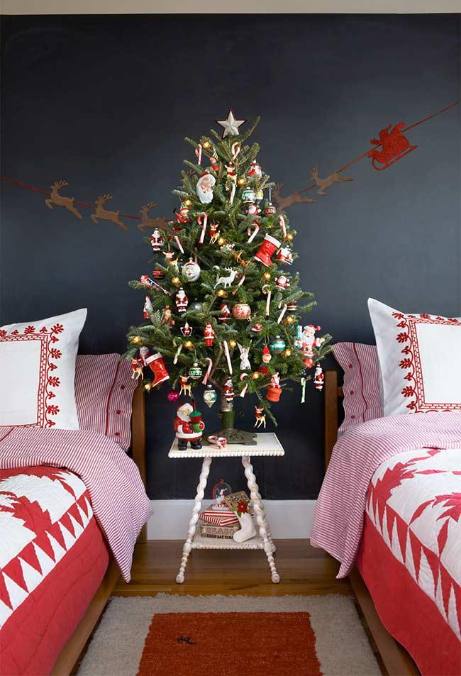Papai Noel, renas, duendes e docinhos na decoração da árvore de Natal