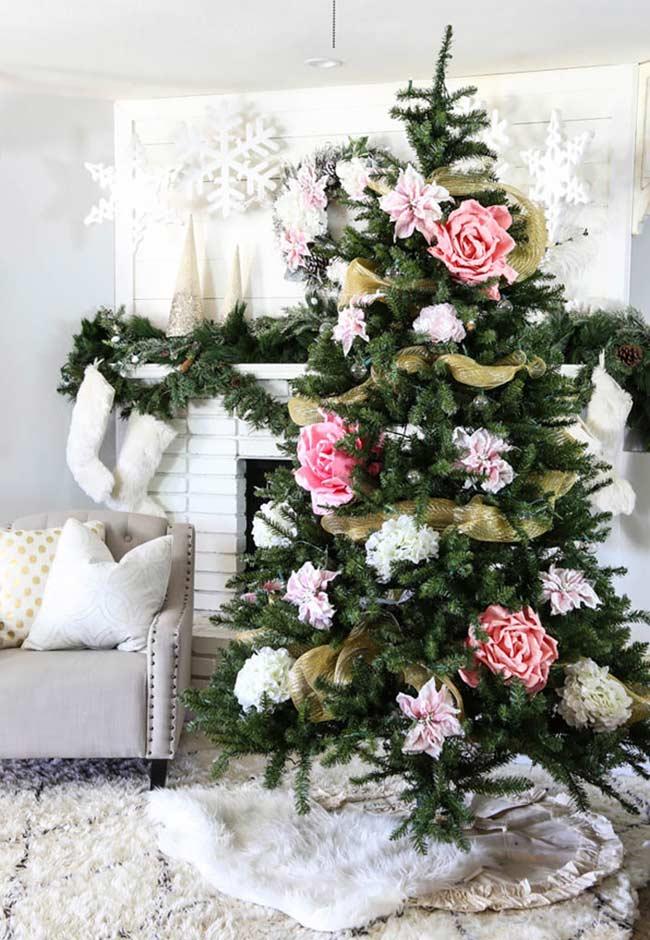 Árvore de Natal com flores gigantes de papel