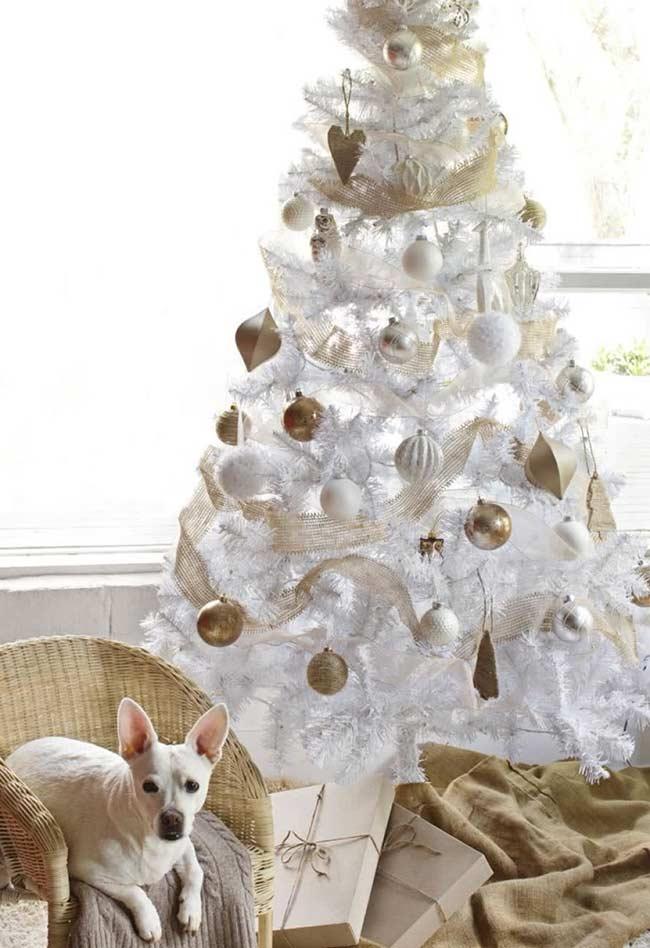 Decoração da árvore com branco e dourado