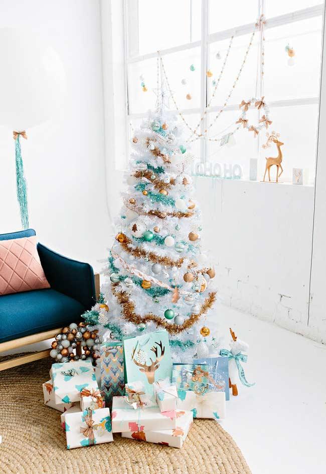 Transforme a árvore de Natal branca com cores