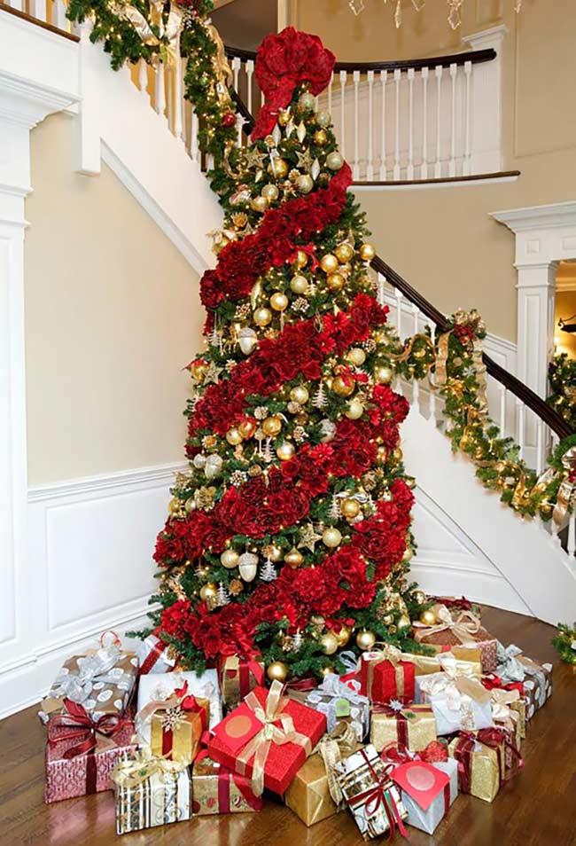 Listras de cores na árvore de Natal