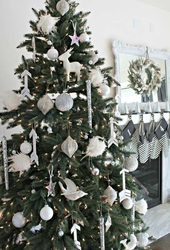 Árvore de Natal branca e prateada