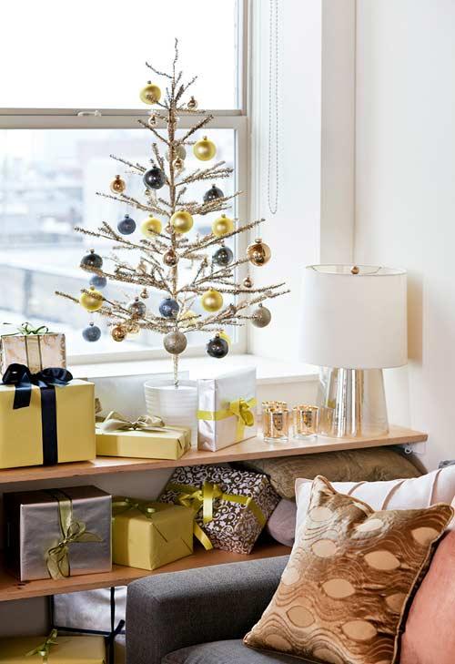 Bolas de Natal penduradas para a árvore