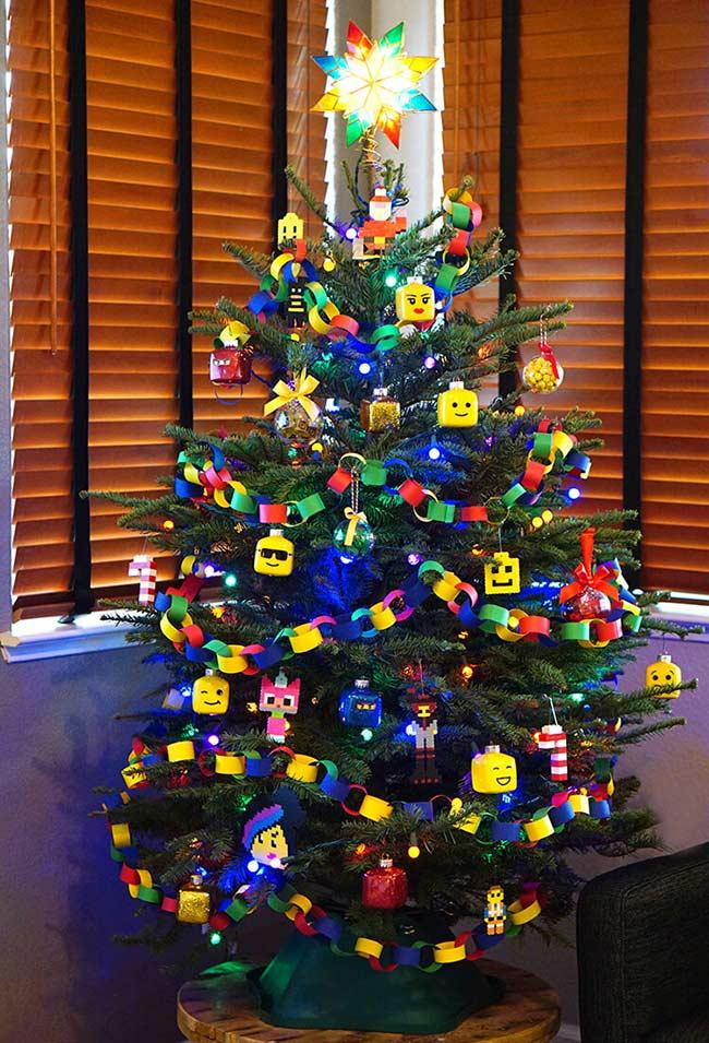 Árvore de Natal no estilo de decoração do LEGO