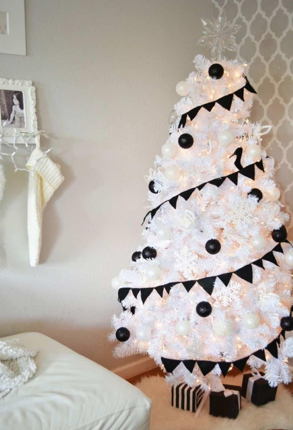 Árvore branca com decoração preta.