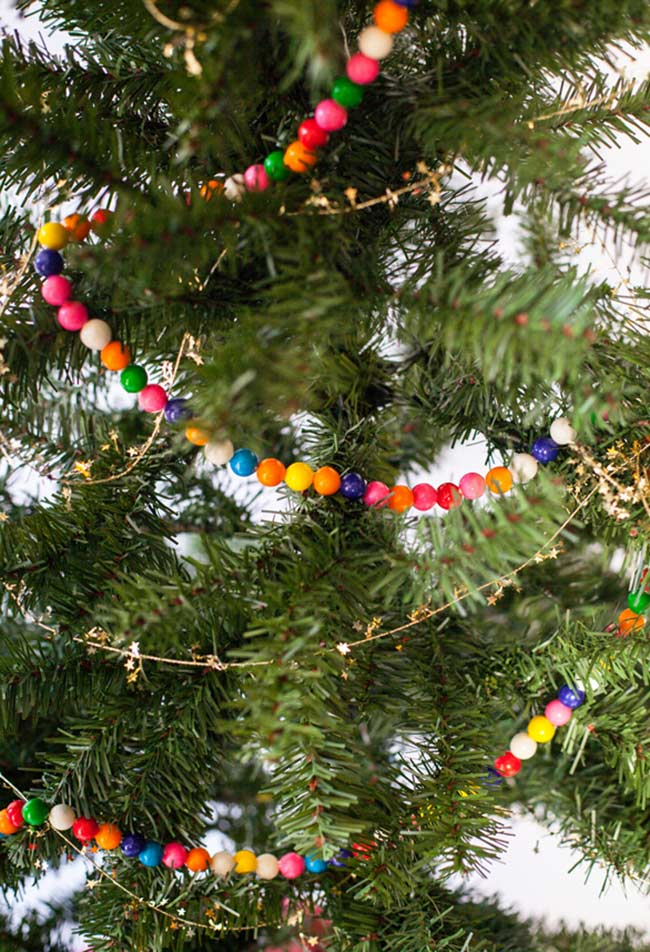 Colares de miçangas e correntes coloridas para a Árvore de Natal decorada