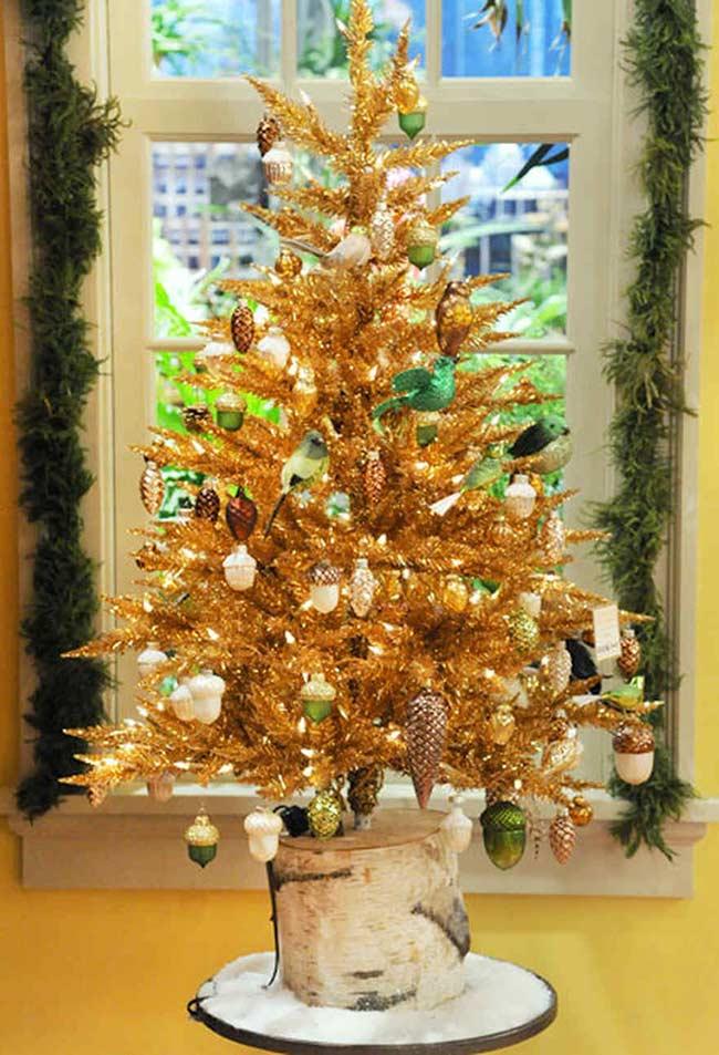 Árvore de Natal decorada com pinhas e nozes