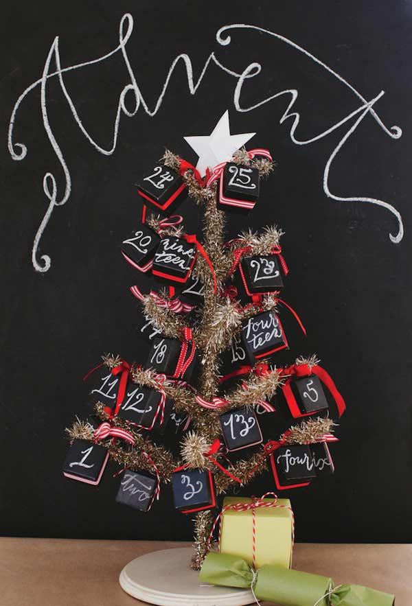 Árvore de Natal decorada com forma de calendário