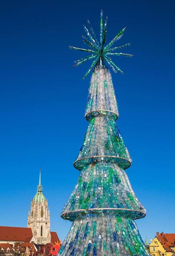 Qualquer garrafa de plástico pode ser usada para fazer uma árvore grande