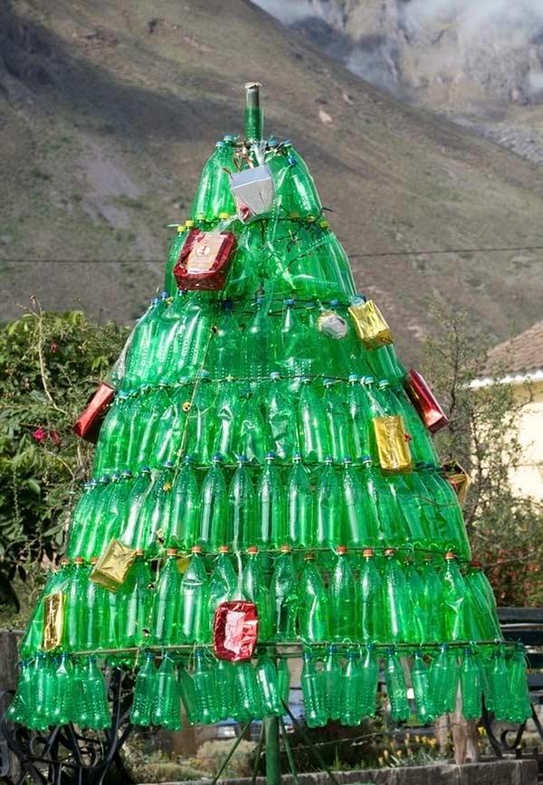 Árvore de natal de ferro com garrafas PET