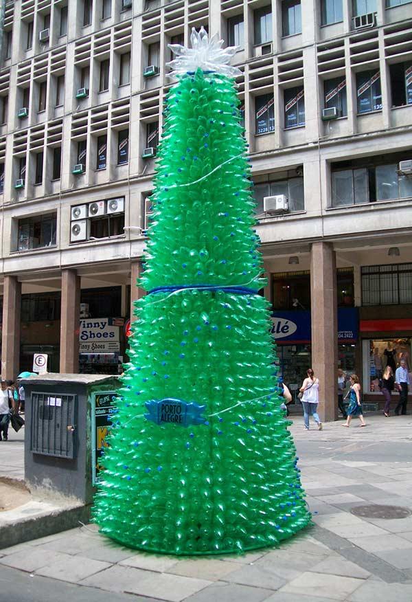 Árvore de Natal com garrafa PET iluminando as ruas da cidade