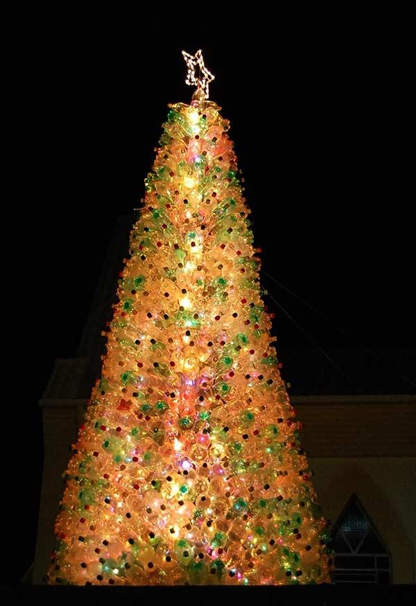 Iluminação especial com árvore de garrafa PET