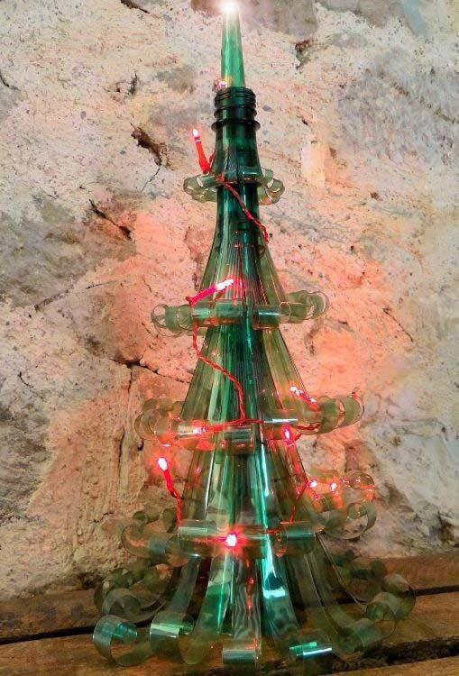 Um toque natalino com uma pequena árvore de Natal com garrafa PET