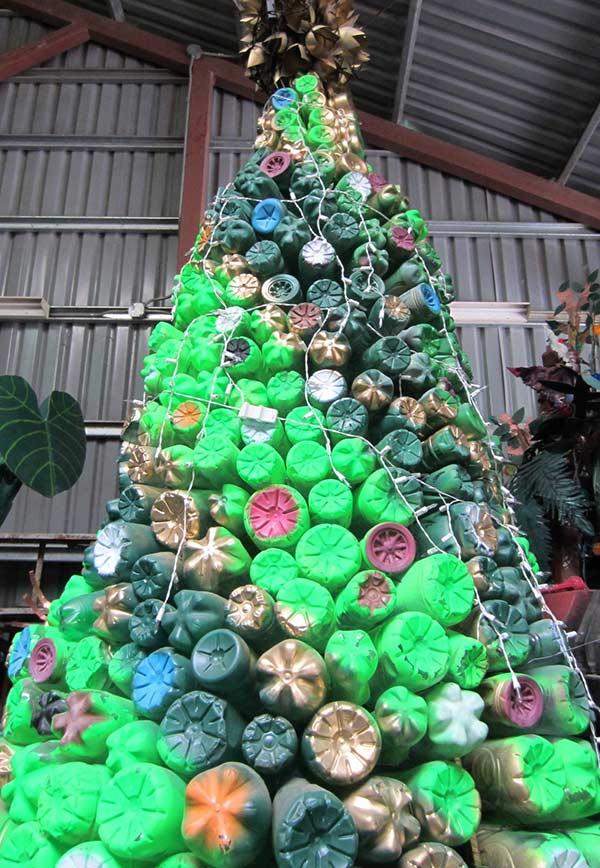 Árvore com fundo das garrafas voltado para área externa