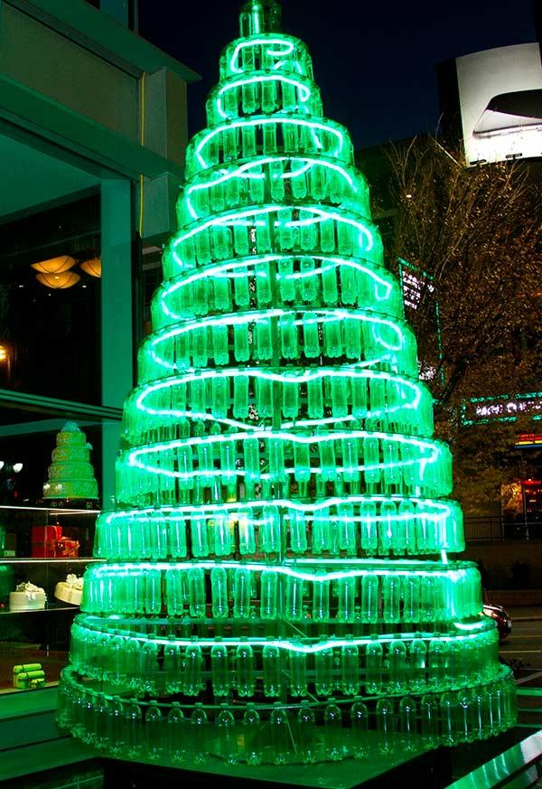 Garrafas totalmente alinhadas na árvore de Natal