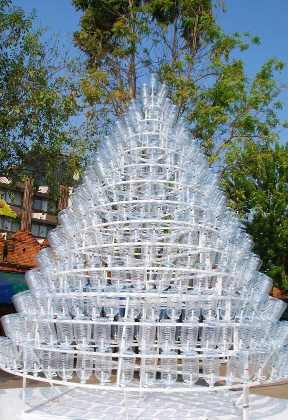 Árvore de garrafa PET transparente