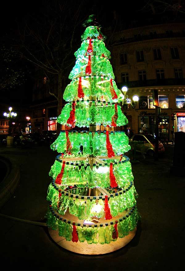 Árvore de Natal com garrafas PET amassadas