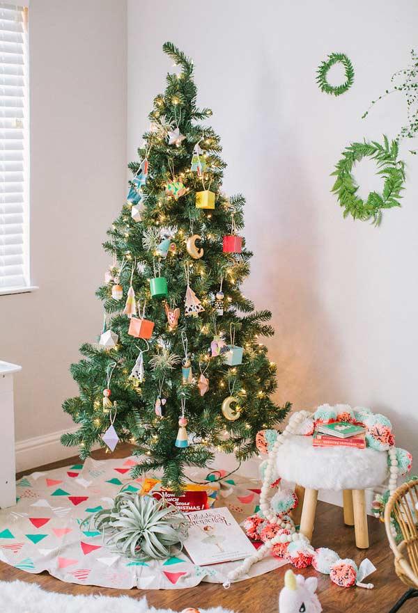 Caixinhas e enfeites coloridos para uma árvore de Natal tradicional