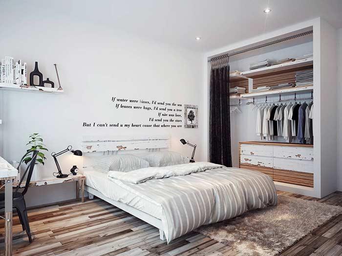 O tecido de veludo se encaixa perfeitamente em um closet ou armário