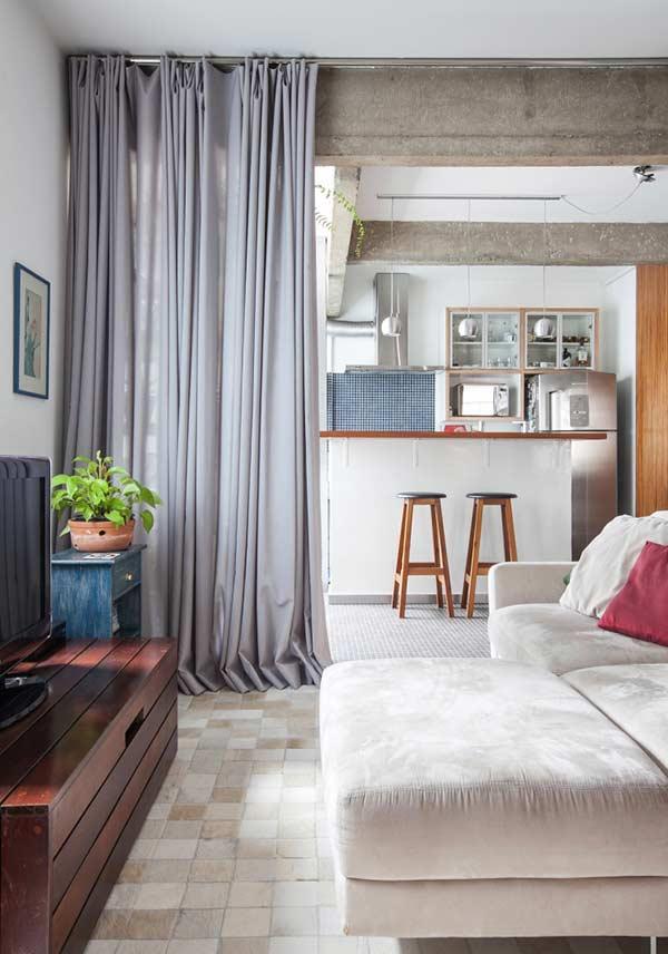 A cortina de veludo é ideal para dividir ambientes