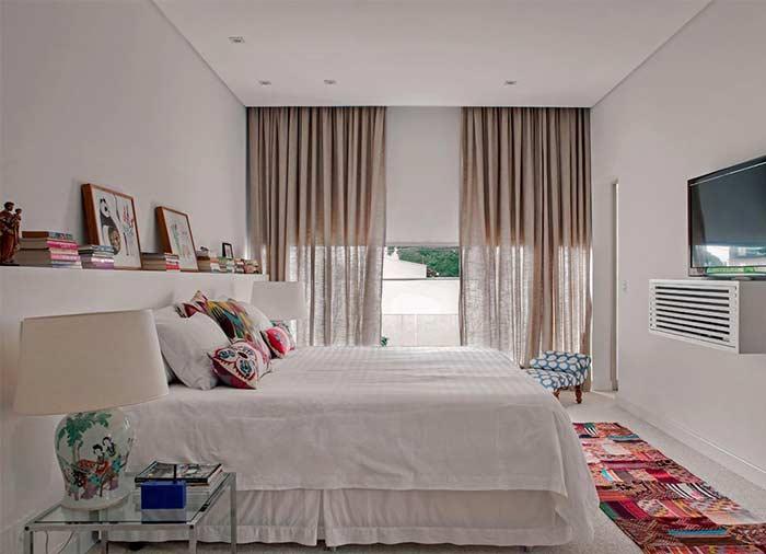 Um quarto refrescante e aconchegante com o tecido de linho na cortina