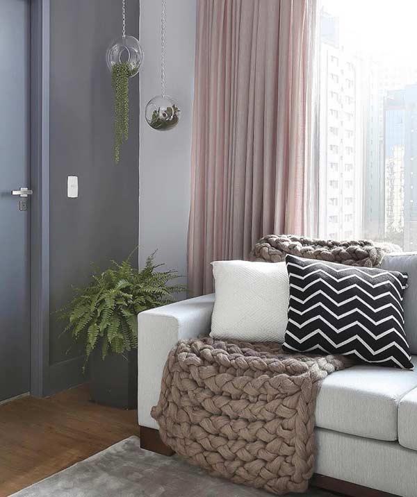 Sala com cortina rosa de linho