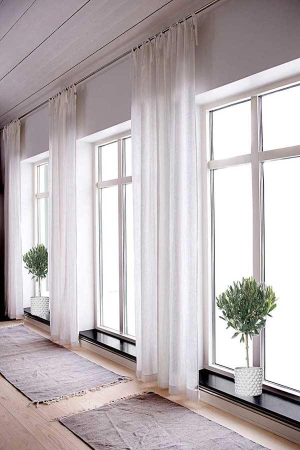 Ambiente com cortina branca de linho