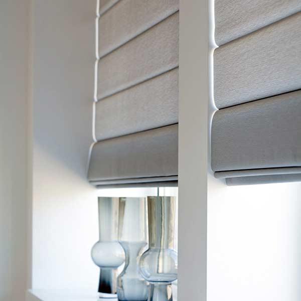 Aproveite a variedade de cores que a cortina romana oferece