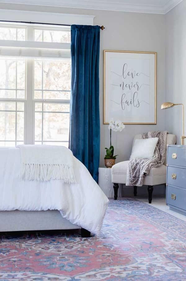 Muito mais charme para um quarto feminino com o tecido de veludo