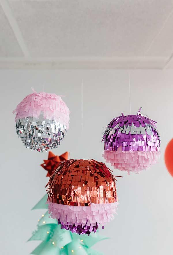 No estilo globo e com papel metalizado