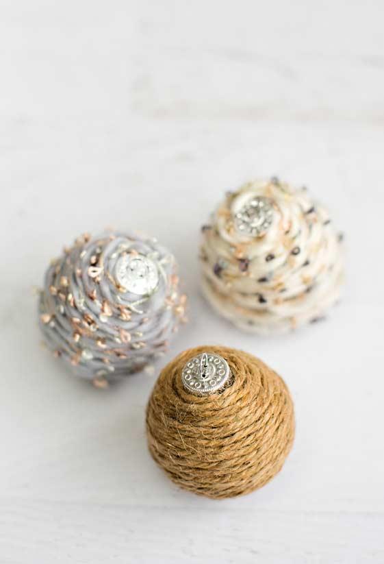 Bolas de Natal com barbante e lã