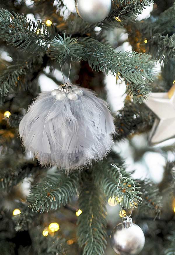 Bola de Natal com penas artificiais