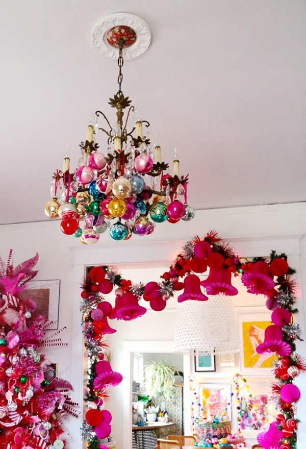 Que tal decorar o lustre com bolas de Natal?